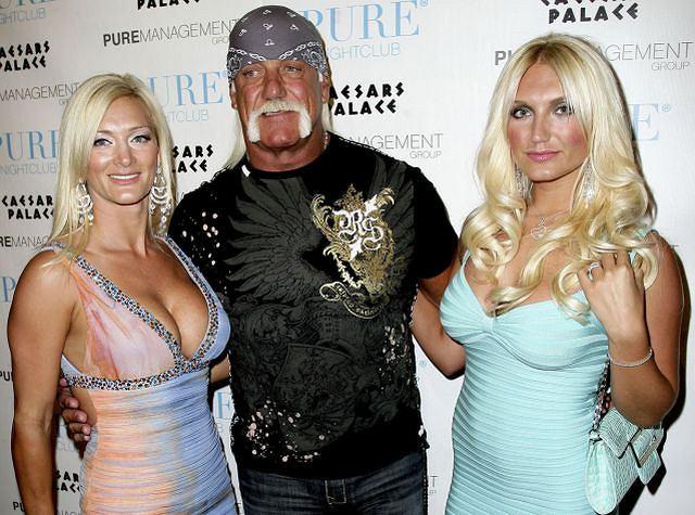 Rodzina Hoganów zawsze była dziwaczna, ale przynajmniej wszyscy do siebie pasowali. Niestety w momencie, gdy Hulk zapragnął przespać się z koleżanką córki, a mama znalazła sobie 19-latka na pocieszenie, nic nie pozostało takie samo. Na szczęście na urodziny (21!) Brooke Hogan tatuś przyszedł. Z nową dziewczyną. Szczerze mówiąc, o wiele ładniejsza od córeczki. Bardziej...