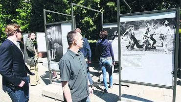 Wystawa na skwerze przy Krakowskim Przedmieściu. Na zdjęciu z lewej Lech Wałęsa nad pianinem, z prawej słynna fotografia z 1983 r. - demonstranci niosą śmiertelnie rannego Michała Antonowicza