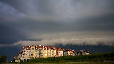 Niebo przed wczorajszą burzą nad jednym z gdańskich osiedli Morena