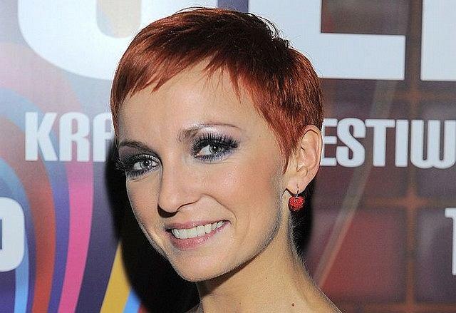 Informacja o tym, w jakim salonie fryzjerskim Ania Wyszkoni obcięła i ufarbowała włosy, powinna być powszechnie udostępniona. Dzięki temu ludzie wiedzieliby, który salon powinni z daleka omijać.