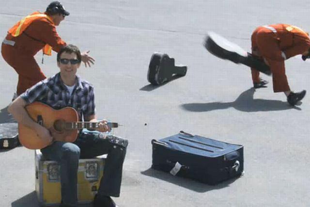 Dave Carrol i jego złamana gitara fot. youtube.com