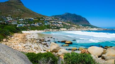 Samo położenie Kapsztadu powoduje, iż zalicza się go do najpiękniejszych miast świata. Malownicze dzielnice miasta rozciągają się nad Atlantykiem, a góruje nad nim masyw Góry Stołowej, która chroni Cape Town od zimnych podmuchów wiatru z Antarktydy.