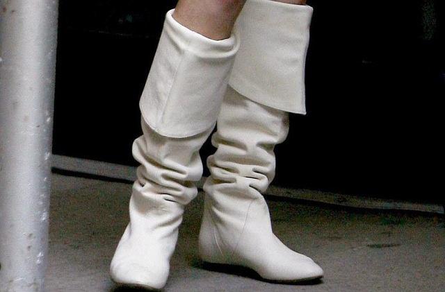 Białe kozaczki to szczyt obciachu. Kto je założył?