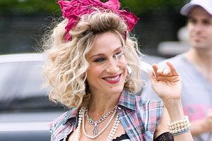 W Nowym Jorku trwają zdjęcia do filmowego Seksu w wielkim mieście. Zapowiada się nieźle, bo bohaterki zostaną cofnięte w czasie, a to zawsze wywołuje uśmiechy na twarzy. Carrie Bradshaw, znana z oryginalnego stylu, wyglądała jeszcze bardziej zjawiskowo.