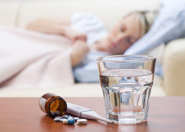 Podczas choroby warto położyć się do łóżka w celu wygrzania się i zbicia temperatury.