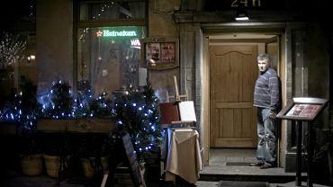 Krzysztof Kregielewski w drzwiach swojej restauracji Smaki Starej Warszawy Piec' przy Krakowskim Przedmieściu 67. Przy schodku postawi podjazd dla wózków