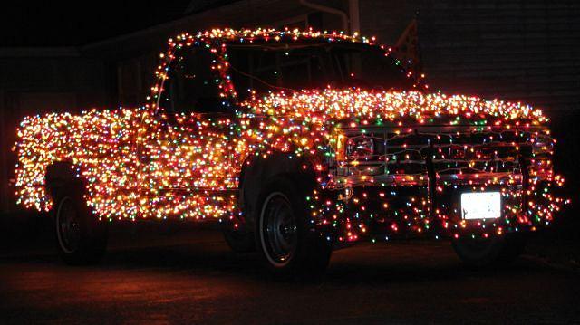 GMC ze świąteczną dekoracją - około 3000 światełek choinkowych