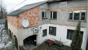 Widok z okna pana Mieczysława na samowolną budowlę pana Remigiusza
