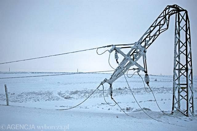 Uszkodzone linie elektryczne w okolicy miejscowości Skała (woj. małopolskie).