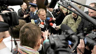 W otoczeniu dziennikarzy podczas przerwy w obradach komisji