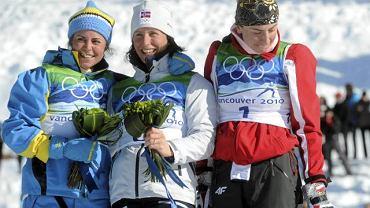 Vancouver. Podium biegu na 15 km. W środku Marit Bjoergen, z prawej Justyna Kowalczyk, z lewej Anna Haag