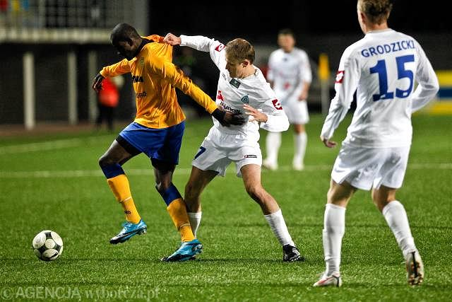 Arka - Ruch 0:3. Niezwykle aktywny Joel Tshibamba w walce o piłkę z Michałem Pulkowskim i Rafałem Grodzickim