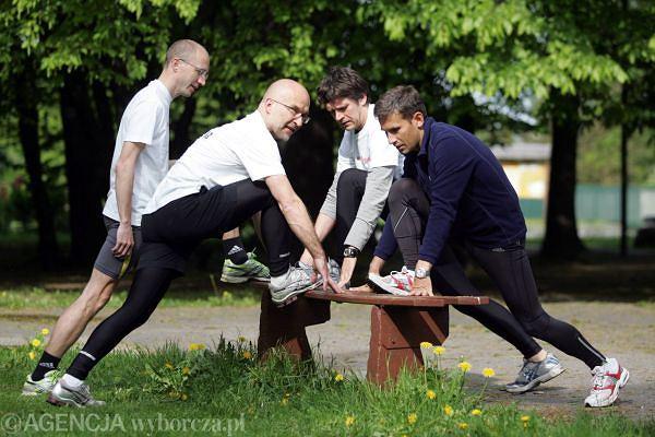 O rozciąganiu nie zapominają nigdy doświadczeni biegacze: (od lewej) Wojciech Staszewski, Piotr Pacewicz, Michał Sołtysiak (wszyscy z