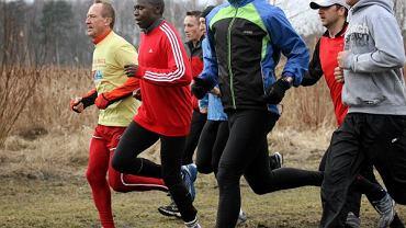 Wilson Kipketer (w czerwonej bluzie), pochodzący z Kenii, duński multimedalista, rekordzista świata na 800 m jest już w Bydgoszczy. Wczoraj trasą mistrzostw - w parku Myślęcinek - pobiegło z nim 150 amatorów