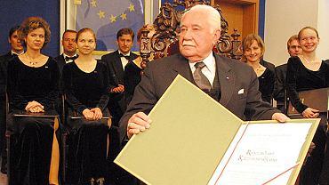 Częstochowa, sala sesyjna urzędu miasta, 19 maja 2003 r. Ryszard Kaczorowski odbiera tytuł Honorowego Obywatela Częstochowy