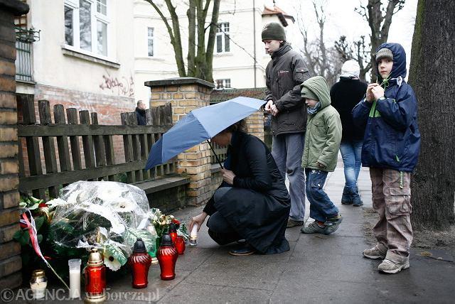 10 kwietnia 2010: mieszkańcy składają kwiaty i znicze pod domem Państwa Lecha i Marii Kaczyńskich przy ulicy Armii Krajowej