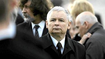 Jarosław Kaczyński podczas ceremonii powitania trumny z ciałem Lecha Kaczyńskiego