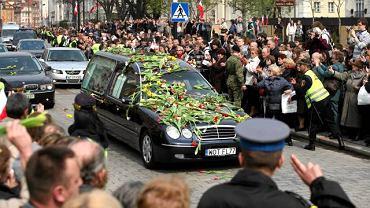 Kondukt zbliżający się do Pałacu Prezydenckiego powitany został przez salutujących policjantów