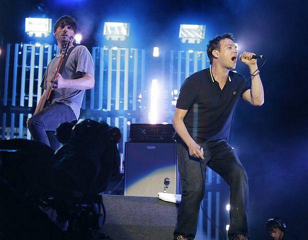 Alex James i Damon Albarn podczas koncertu reaktywowanego Blur na festiwalu Glastonbury, 28 czerwca 2009