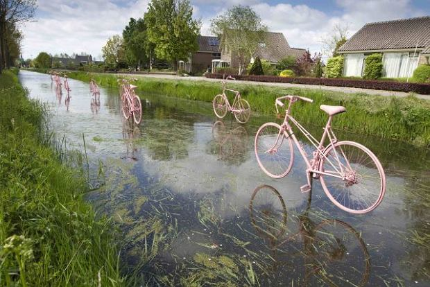 Pink bicycles placed just above the water celebrate the arrival of the Giro d'Italia in Schalkwijk, a small town ouside of Utrecht, May 4, 2010. Several cities in the Netherlands placed pink art forms to announce the departure on May 8 of the international cycling event. Picture taken May 4, 2010.  REUTERS/Michael Kooren (NETHERLANDS - Tags: SPORT)