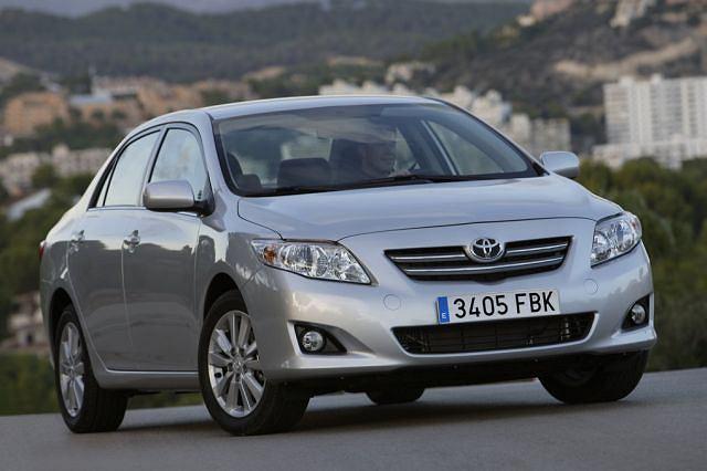 Toyota Corolla - obecnie występuje wyłącznie w nadwoziu typu sedan, ale pozycja najpopularniejszego samochodu na świecie z łączną sprzedażą 35 mln sztuk nie jest póki co zagrożona