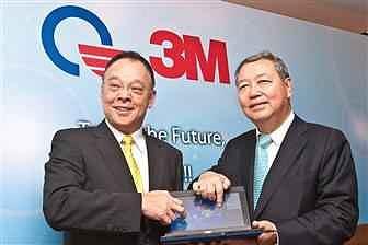 Wiceprezes Quanta, CC Leng oraz prezes tajwańskiego oddziału 3M, George Chao przedstawiają panel dotykowy DST