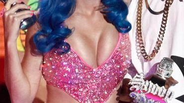 Tym razem Katy Perry przesadziła i założyła zbyt mały strój. Jej piersi wychodziły bokami z za stanika.