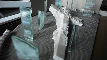 Inne prace konkursowe: Dariusz Kowalski zaproponował krzyż przykryty kirem otoczony szklanymi płytami imitującymi mgłę