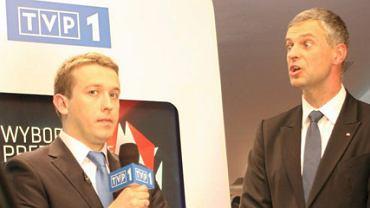 Paweł Poncyljusz podczas rozmowy z dziennikarzem TVP w sztabie wyborczym Jarosława Kaczyńskiego
