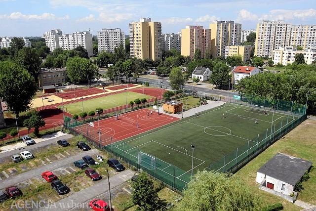 Dwa boiska na pierwszym planie to Orlik im. Eusebio na Targówku. Za nim zamknięte boisko szkolne.