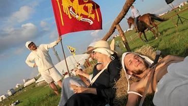 Stębark, Pola Grunwaldzkie. Rycerze z chorągwi pomezańskiej czekaj na probe inscenizacji bitwy podczas obchodów 600-lecia zwycięstwa pod Grunwaldem