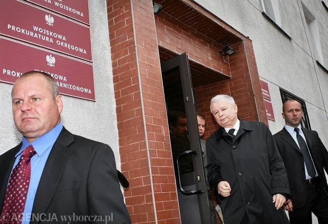 Jarosław Kaczyński wychodzi z budynku prokuratury