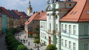 Stare miasto w Kowarach, na pierwszym planie klasycystyczny ratusz