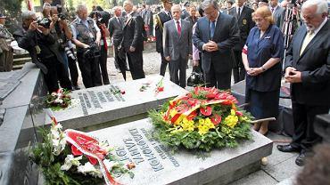 Bronisław Komorowski nad grobem dowódcy AK, gen. Bora-Komorowskiego