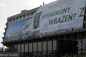 Usuwanie reklamy Zimny Lech sprzed Wawelu.