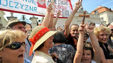 Obrońcy zapowiadają, że będą pilnowali krzyża na Krakowskim Przedmieściu nawet w nocy