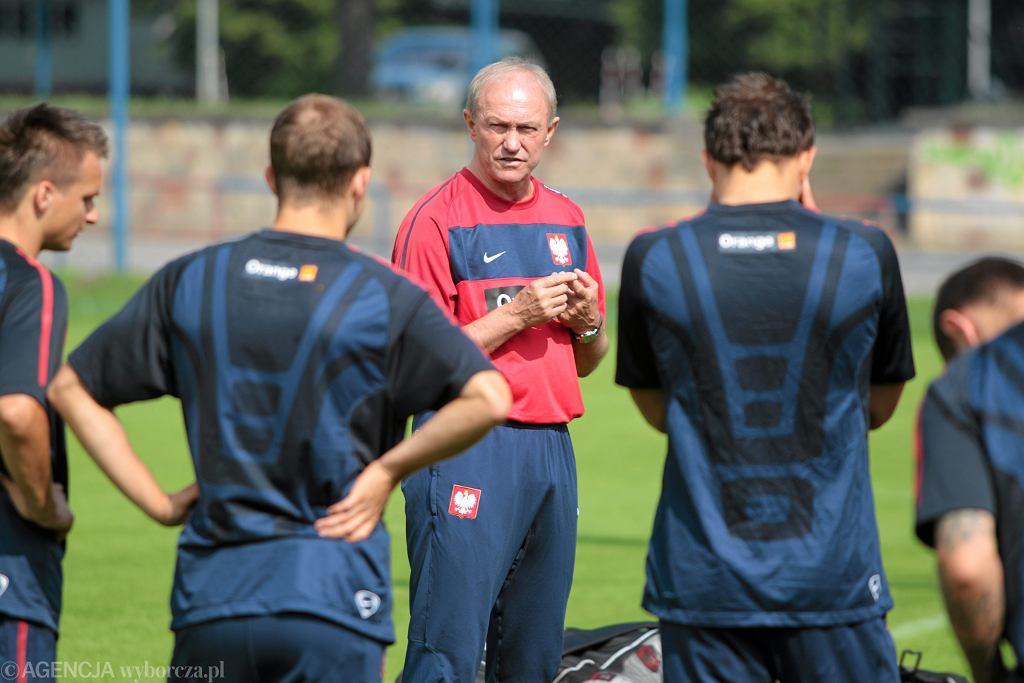 Trener Franciszek Smuda z powołanymi piłkarzami