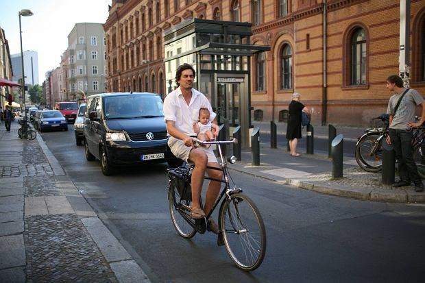 Tata z dzieckiem na rowerze w Berlinie