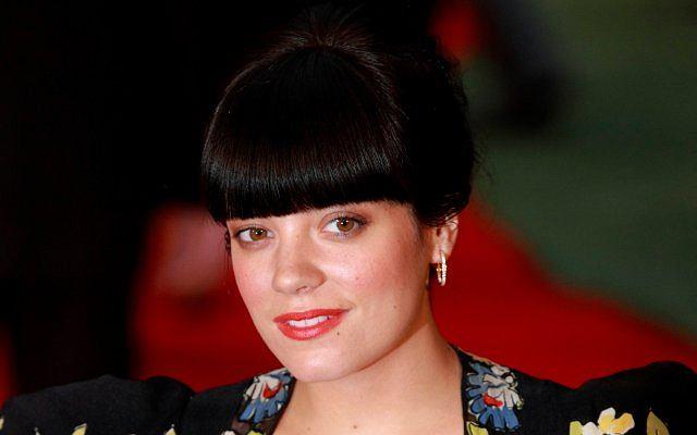 Informacje na temat ciąży Lily Allen pojawiły się na początku sierpnia. U piosenkarki już widać brzuszek. Brytyjka w etnicznej sukience pojawiła się na londyńskiej premierze filmu