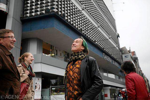 Katowice. Miasto odwiedził francuski botanik Patrick Blanc. Blanc jest twórcą koncepcji ogrodów wertykalnych. Podczas dzisiejszego spaceru po Katowicach szukał miejsca na stworzenie swojego ogrodu. Ogród, według założeń władz miasta, ma być jednym z czynników, dzięki któremu Katowice uzyskają tytuł Europejskiej Stolicy Kultury 2016