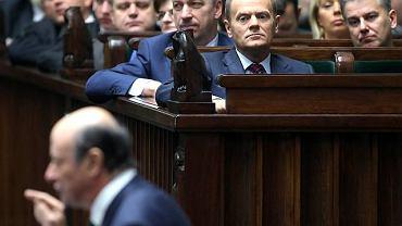 Jacek Rostowski podczas debaty nad budżetem, w tle ławy rządowe