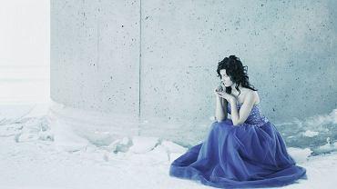 <b>Kolor niebieski</b><br> To kolor uspakajający, ale bywa też zimny. Niebieski kojarzymy z lojalnością. To również kolor produktywności. W pokojach pomalowanych na niebiesko stajemy się bardziej kreatywni