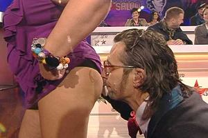 W czasie wczorajszej gali Vivat Nie Najpiękniejsi prowadzący ją Ędward Ącki pocałował Dorotę Wellman w... pupę.