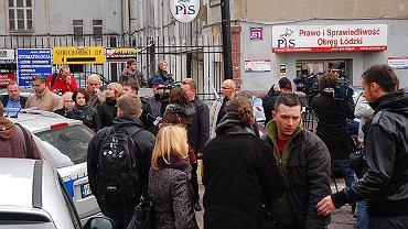 Strzelanina w siedzibie PiS w Łodzi, w innych miastach równie łatwo jest wejść do biur poselskich