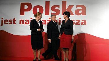 """Kandydat na prezydenta Jarosław Kaczyński, Joanna Kluzik-Rostkowska (P) i Elżbieta Jakubiak (L) w dniu otwarcia Centrum Informacyjnego """"Europejski"""" w Hotelu Europejskim, 31 maja 2010 r."""
