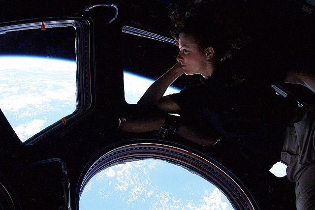 Tracy Dyson patrzy tęsknie na Ziemię przez okna Międzynarodowej Stacji Kosmicznej.