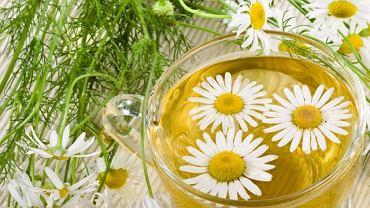 Herbatki ziołowe łagodzą wiele dolegliwości spowodowanych przejedzeniem