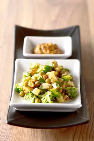 Sałatka ziemniaczana z brokułami i papryką