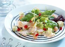 Mieszanka sałat z wiórkami łososia na ciepło - ugotuj