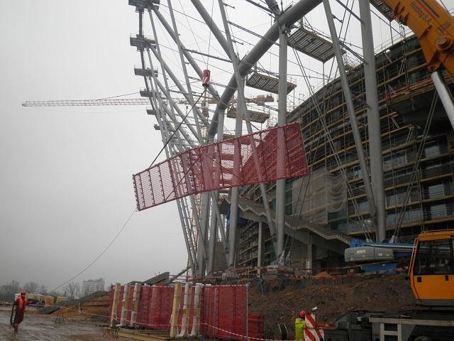 Montaż pierwszego fragmentu elewacji Stadionu Narodowego